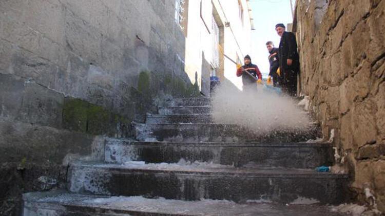 Bitlis'te buzlanan merdivenler, temizlenip tuzlanıyor