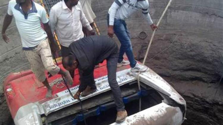 Hindistan'da otobüs kaza sonrası çukura düştü: 26 ölü