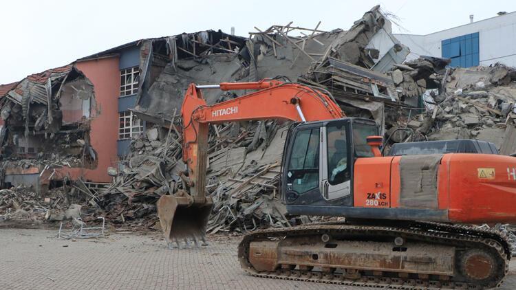 Depremde ağır hasar gören okullar yıkılıyor