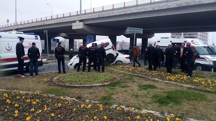 Otomobil ile hafif ticari araç çarpıştı: 6 yaralı