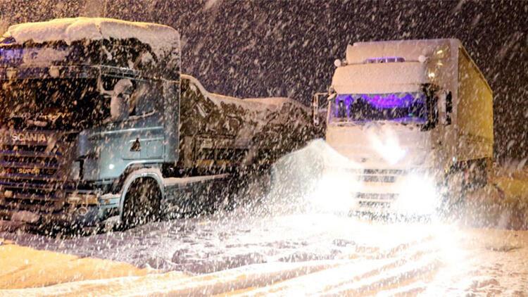 Sivas-Erzincan yolu kar ve tipi nedeniyle araç ulaşımına kapandı