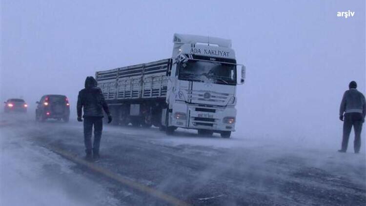 Dikkat! Ardahan-Şavşat kara yolu kar nedeniyle ağır tonajlı araçların geçişine kapatıldı