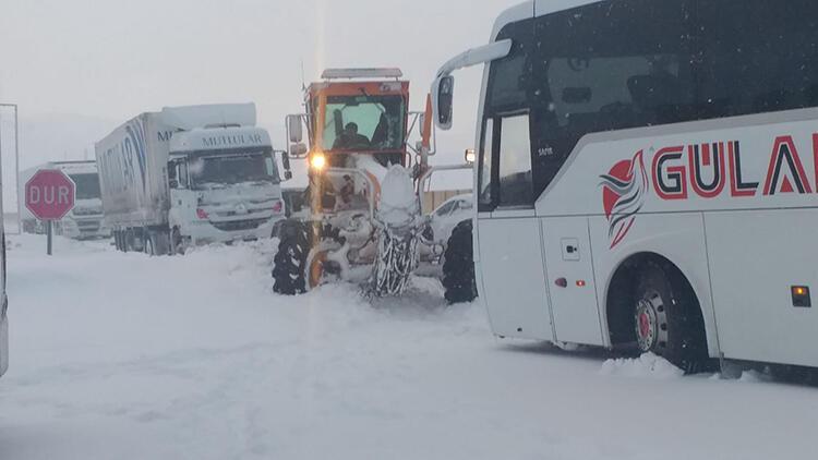 Doğu'da ulaşımı kar ve tipi vurdu