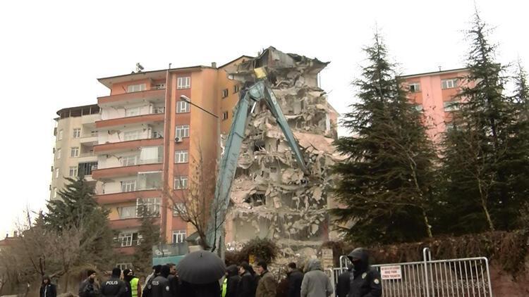 Depremde hasar gören 48 daireli sitede yıkım çalışması