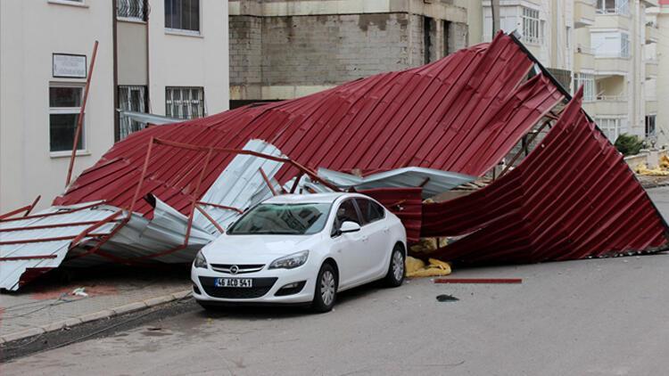 Fırtınada uçan çatı, evin camını kırıp, otomobilin üzerine düştü