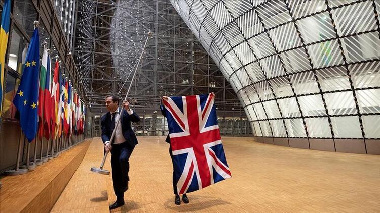 Brüksel'de tarihi an! Sessiz sedasız bayrakları indirdiler