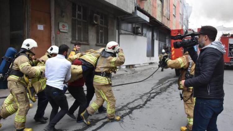 Son dakika... Bayrampaşa'da yangına müdahale ederken düşen itfaiyeci ağır yaralandı