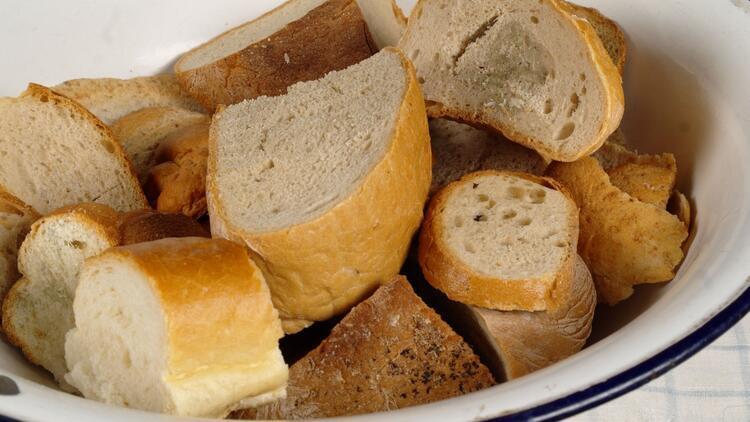 O bayatlamış ekmeklerle hastane olur, okul olur, yurt olur