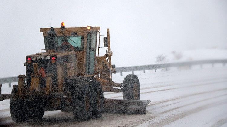 Bayburt'ta kar ve tipi 187 köy yolunu ulaşıma kapadı