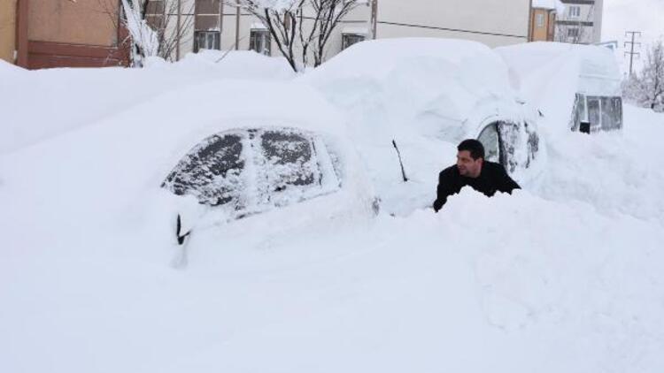 Bitlis'te kar 2 metreyi aştı... Araçlar ve evler kara gömüldü