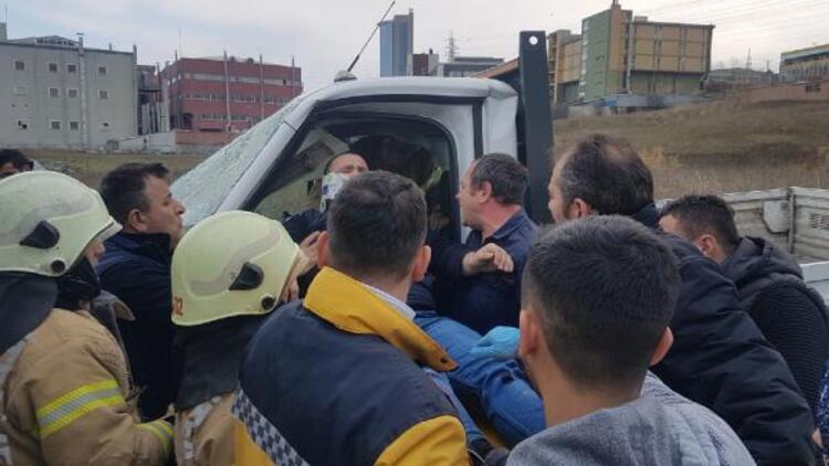 Avcılar'da kamyonla kamyonet kafa kafaya çarpıştı