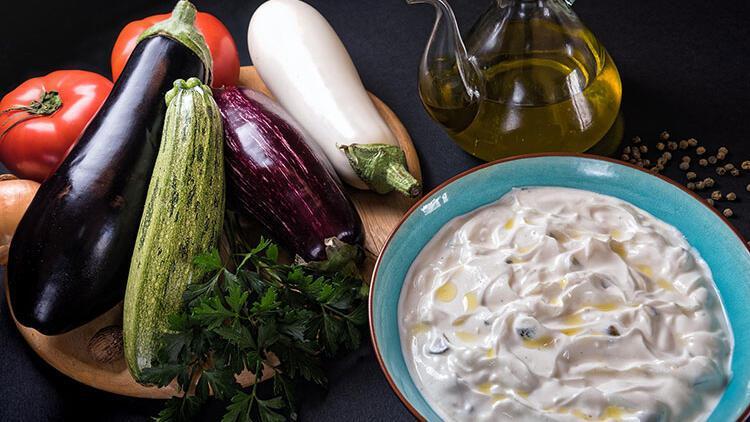 Yoğurtlu közlenmiş patlıcan salatası tarifi