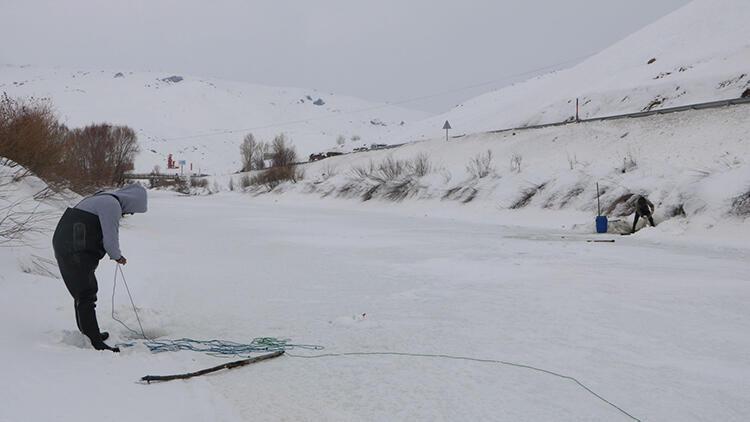 Yüksekova'da buz tutan derede, balık avı