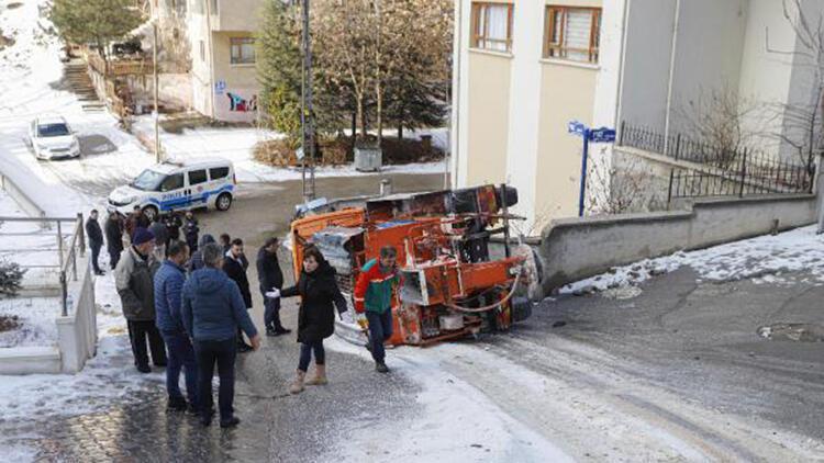 Ankara'da kar küreme ve tuzlama aracı devrildi: 1 yaralı