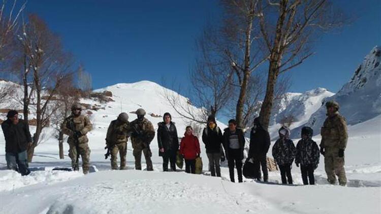 Mezrada mahsur kalan 7 öğrenci, askeri helikopterle ilçeye getirildi