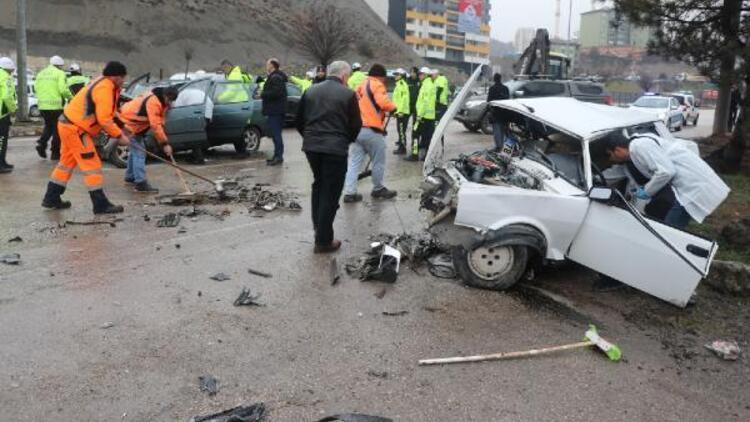 Önce otomobile, ardından yol kenarında yürüyen kişiye çarptı: 1 ölü, 4 yaralı
