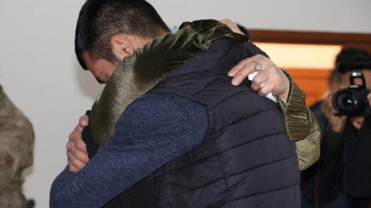 Son dakika haberler... Diyarbakır'da nöbet tutan bir aile daha evladına kavuştu