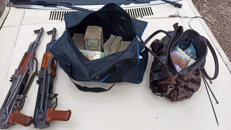 Son dakika haberi: Tel Abyad'da eylem hazırlığındaki 5 terörist yakalandı! Tüfek ve para dolu çanta...