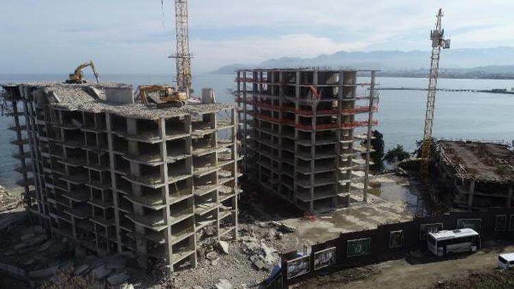 Ordu'da 17 katlı binaların yıkımı sürüyor