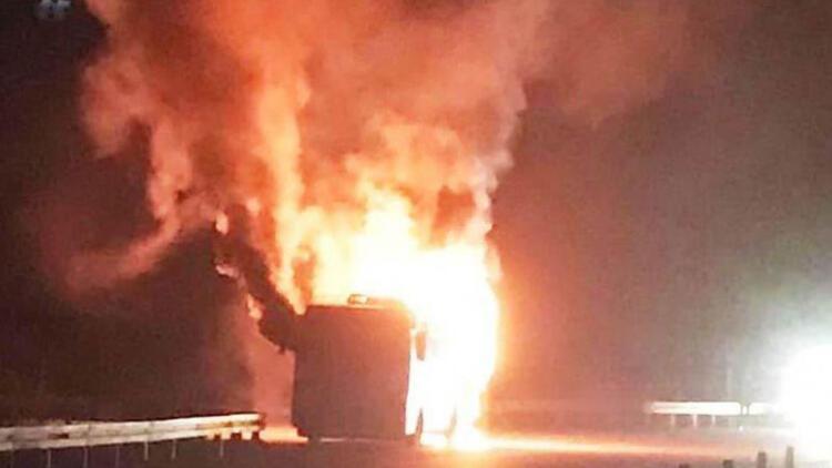 İzmir Dikili'de seyir halindeki otobüs alev alev yandı!