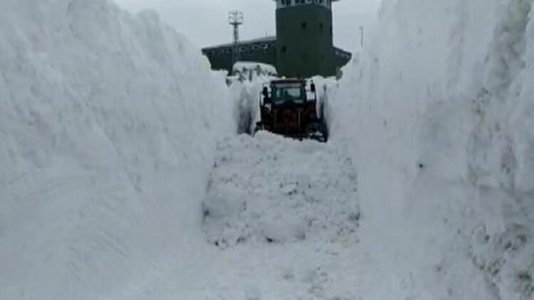 Üs bölgesinin yolunu açmak için metrelerce karla mücadele