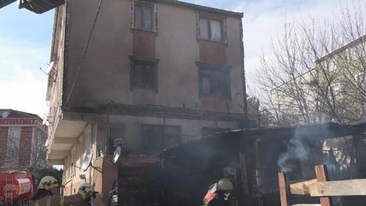 Arnavutköy'de barakada çıkan yangın yandaki binaya sıçradı