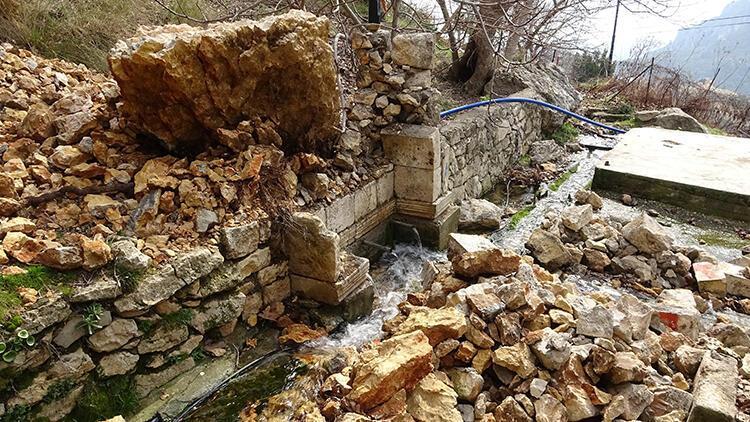 700 yıllık çeşmenin üzerine kaya düştü