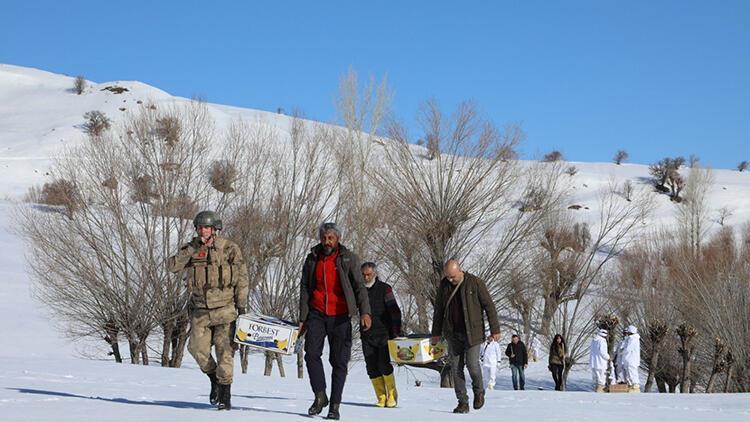 Kardan yolu kapanan köye, jandarmadan helikopterle gıda yardımı