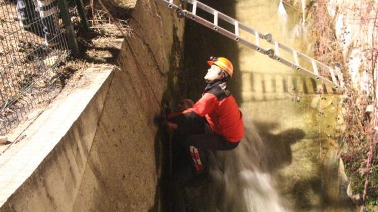 Düştüğü su kanalında donmak üzereyken son anda kurtarıldı