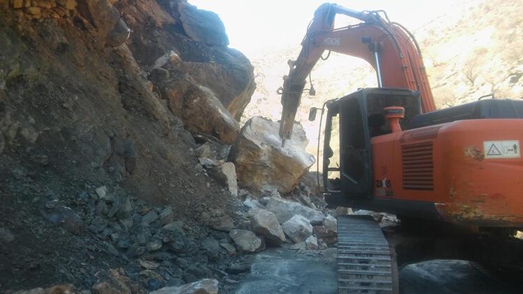 Heyelan sonrası yolu kapatan dev kayalar temizlendi