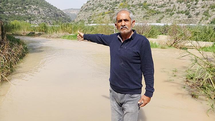 Mersin'de sel suları mahalle yolunu kapattı