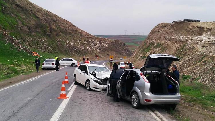 Şanlıurfa'da 3 otomobil çarpıştı: 7 yaralı