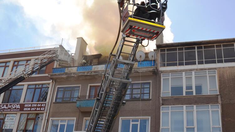 Kütahya'da çatısında yangın çıkan binadaki 4 kişi kurtarıldı