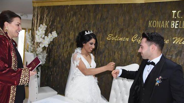 Yeni evlenen çiftler, koronavirüs nedeniyle nikah memuru ile tokalaşmadı
