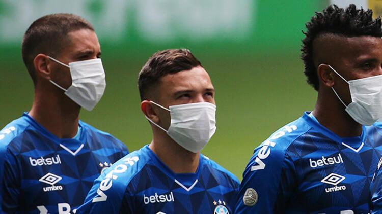 Corona virüsü protesto ettiler! Maske ile maça çıktılar...