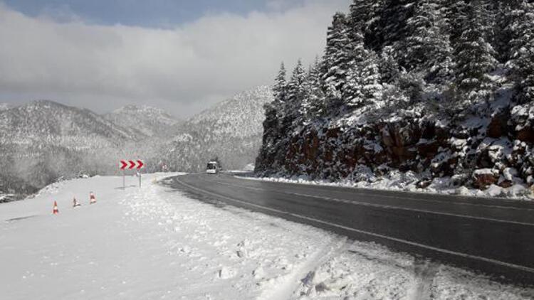 Antalya-Konya yolunda kar yağışı ulaşımı aksattı
