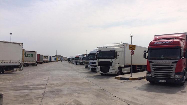 TIR şoförleri 14 günlük karantinayı sınırda bekliyor