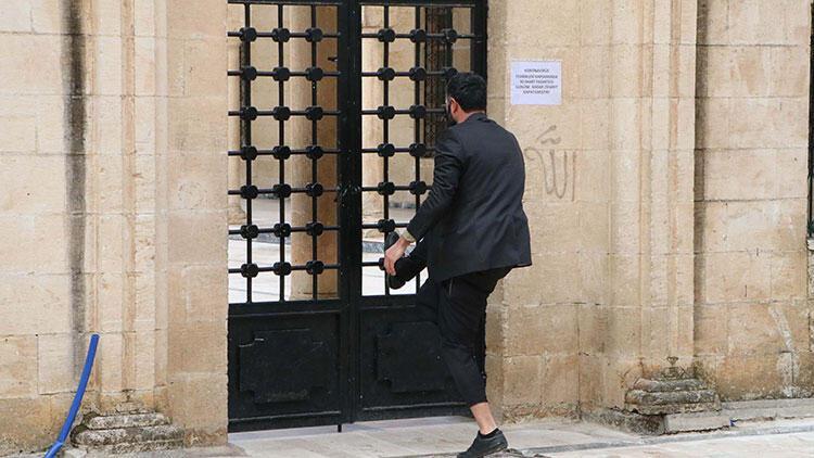 Caminin kilitli olmasına kızdı, kapıyı zorladı