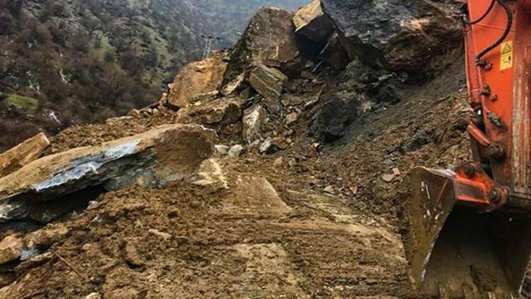 Heyelan nedeniyle kapanan köy yolu 4 günlük çalışmayla açıldı