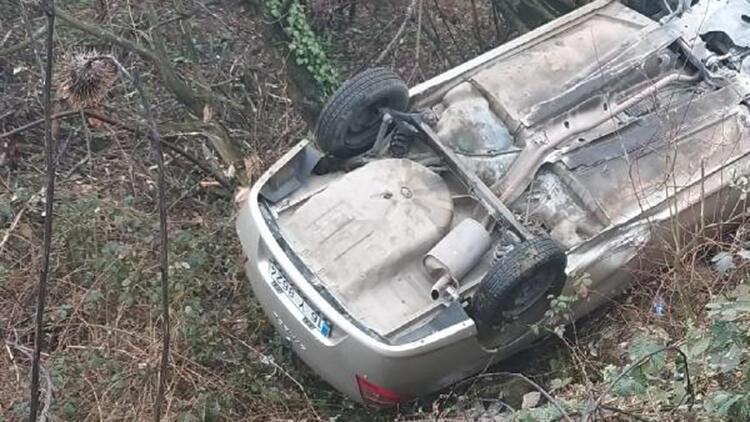 Uçurumdan yuvarlanan otomobildeki 2 arkadaş yaralandı