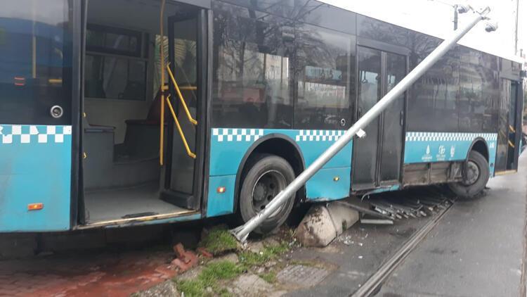Aksaray'da otobüs tramvay yoluna girdi