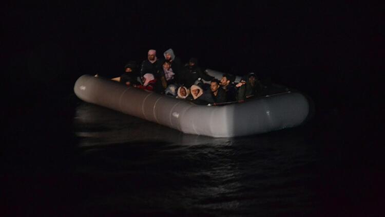 İzmir'de lastik botta sürüklenen 24 sığınmacı kurtarıldı