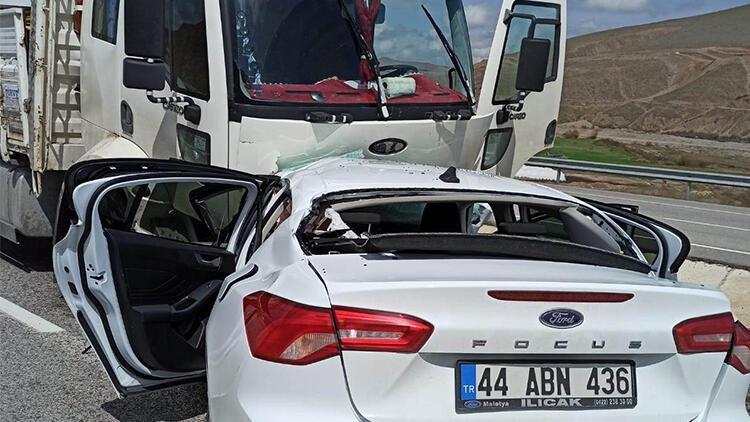 Otomobil önce yön levhasına, sonra kamyona çarptı: 1 ölü
