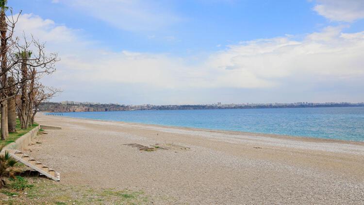 Dünyaca ünlü Konyaaltı Sahili boş kaldı!