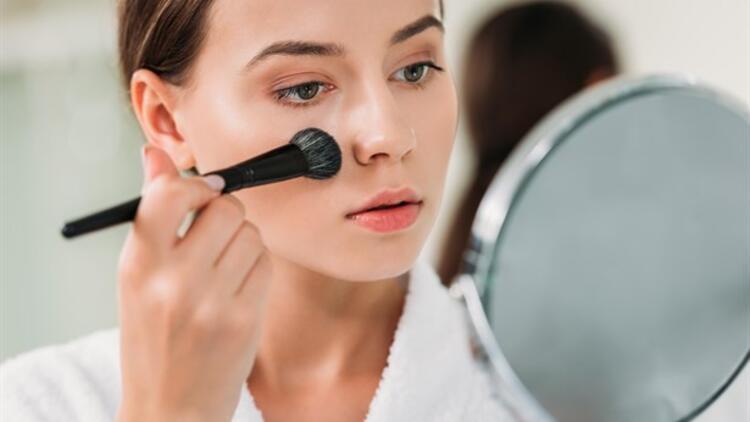 Kadınlara önemli 'Corona Virüsü' uyarısı! 'Göz çevresine yönelik makyajlara ara verin'