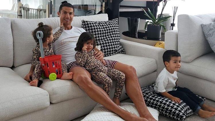 Cristiano Ronaldo'dan 'Evde Kal' paylaşımı