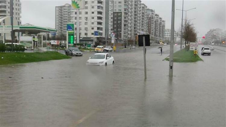 Diyarbakır'da sular altında kalan araçlar çekici yardımıyla kurtarıldı