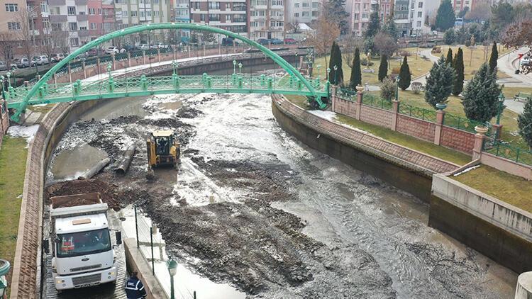 Eskişehir'de Porsuk Çayı'ndan 65 bin ton çamur çıkarıldı