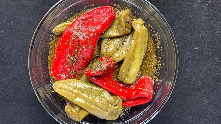 Hatay'ın meşhur pratik lezzeti: Nar ekşili biber turşusu