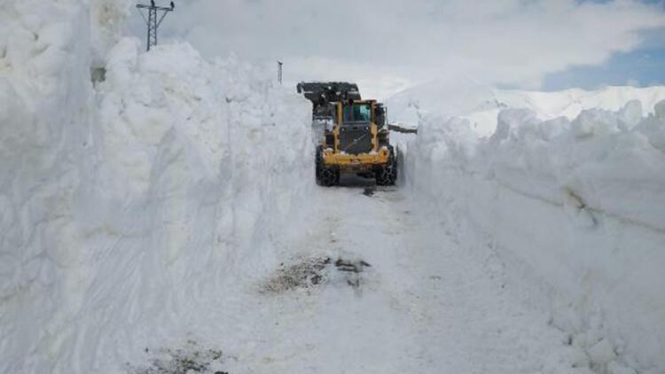 Yüksekova'da askeri üs bölgesinin yolu, kardan kapandı